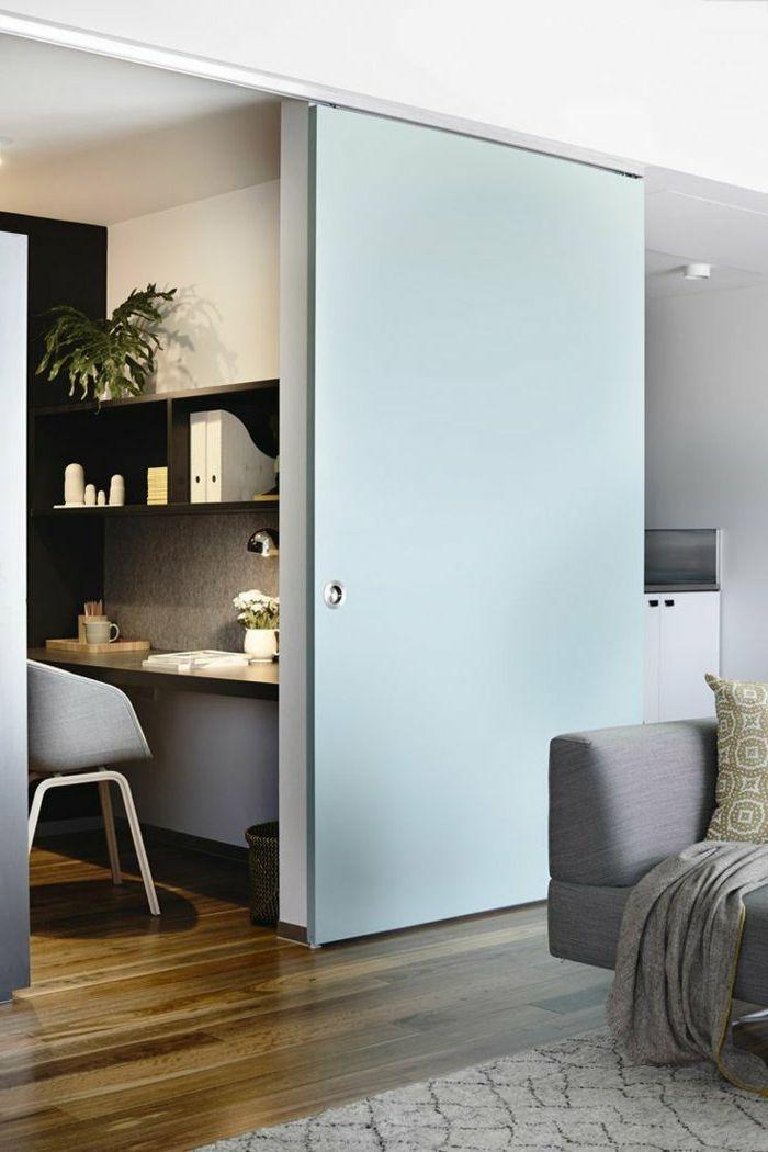 gemütliches-Wohnzimmer-graues-Sofa-Schlafdecke-Kissen-Schiebetür-schlichtes-Design