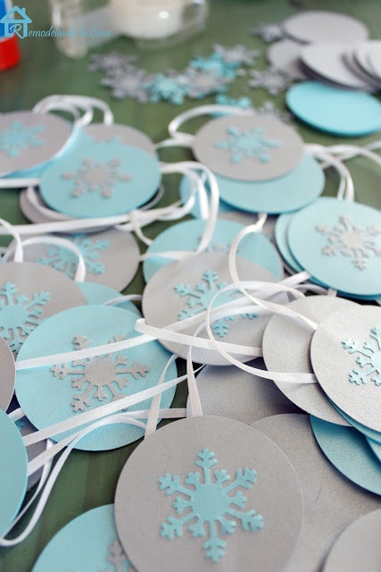 Perfect to hang over your fireplace this Christmas! #DIY #Snowflake #Garland