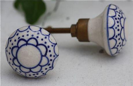 Knopp med blått mönster