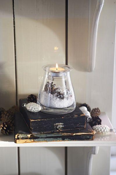 Nydelig lykt for telys med dekor inni. Dekoren, kunstig snø, kongler og julekuler er inkludert! Mål: Diameter topp: 7cm Diameter bunn: 10cm Høyde: 10cm