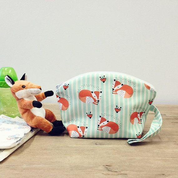 Incroyable et pratique sac pour transporter les bébés et les mamans essentiels tels que les lingettes, couches lavables, couches jetables, mouille baigneurs, alimentation fournitures, vêtements mouillés, goûters, jouets de dentition et beaucoup plus. Un sac peut stocker jusquà 7 couches, les lingettes et les petits essentials - vous pouvez lutiliser comme un petit sac nappy sur laller.  FONCTIONNALITÉ *** * Le sac est fait de notre coton unique toile conçu avec couchage renards sur fond de…