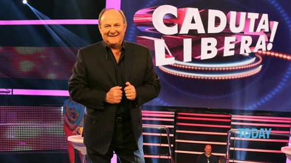 Clizia Floor designed by Adriano Rachele and Ginetta prisma suspension designed by Nigel Coates shines on the set of Caduta libera with Gerry Scotti, on air every night at 18.45 on Canale 5. Discover the products on www.slamp.com ! #slamplacement