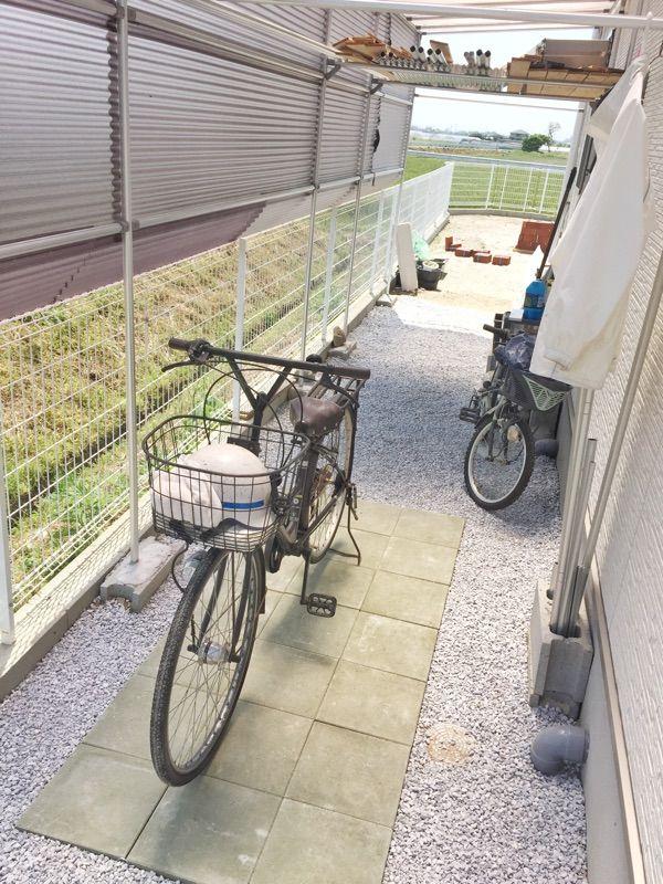 屋根付き自転車小屋にタイルを設置してカッコよくアレンジ 自転車
