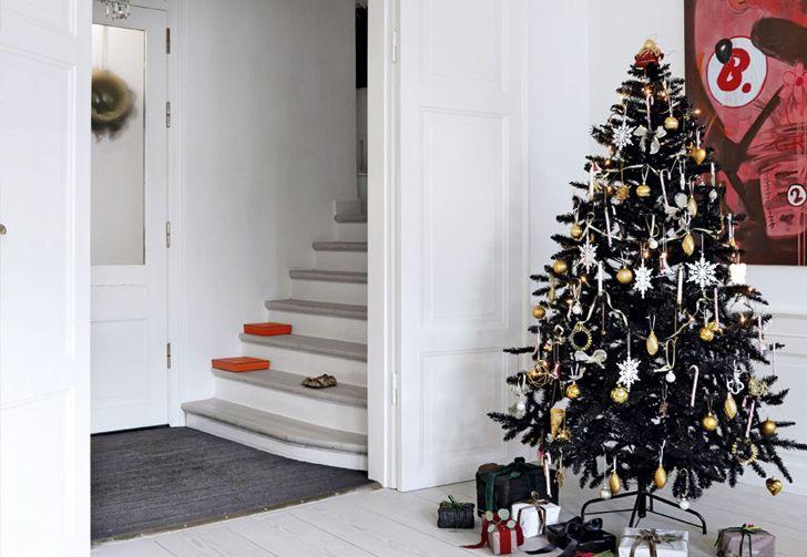 Чёрная ёлка и снежные шары в квартире в Дании
