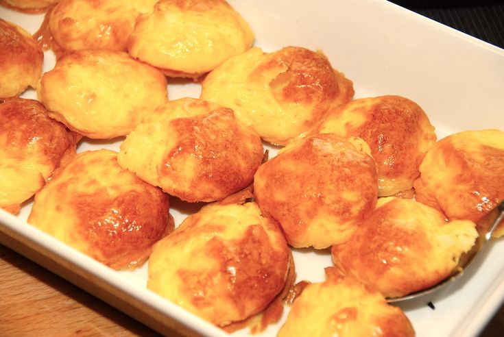 Se hvordan du laver bagt kartoffelmos, der ikke flyder ud i ovnen. Kartoffelmosen skal tilsættes æggeblommer, og formes til kugler.