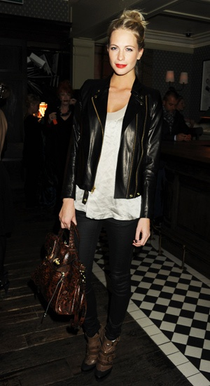Satiny shirt with wide neckline: Fashion, Brown Bags, Outfit, Red Lips, Black Heels, Poppies Delevingne, Leather Jackets, Poppies Delevigne, Black Pants