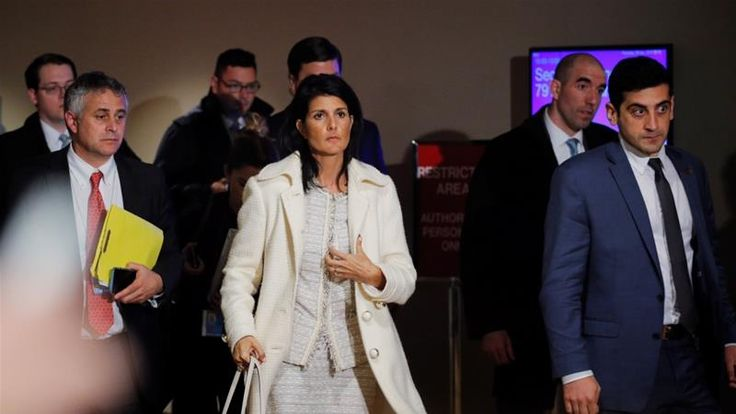 AS Ancam Akan Ambil Tindakan Militer Lanjutan ke Suriah  Dubes AS di PBB Haley (tengah) mengatakan AS tak perlu menunggu Basyar Asad menggunakan senjata kimianya lagi untuk menyerang Suriah. (Foto: Reutres)  SALAM-ONLINE: Amerika Serikat pada Jumat (7/4) mengancam akan mengambil tindakan militer lebih lanjut di Suriah menyusul serangan rudal pada sebuah pangkalan militer rezim Basyar Asad sebagai respon atas serangan senjata kimia di Kota Khan Sheikhoun yang yang merenggut nyawa seratusan…