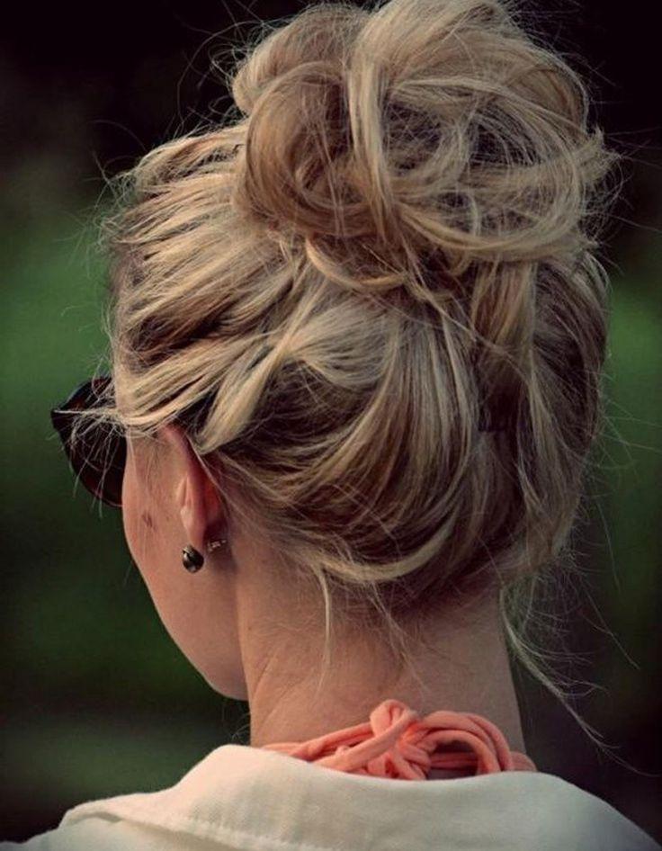Chignon haut et flouRelevez l'intégralité de votre chevelure en hauteur et à l'aide de pinces à chignon uniquement (sans élastiques) fixez le tout. En piquant de façon anarchique les pinces au cœur de la masse de cheveux, vous allez obtenir un résultat étonnamment élaboré....