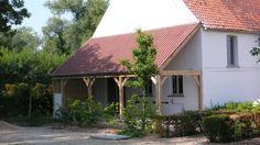 witte gevel, rood dak, ruw eikenhout en fris groen droomcombo