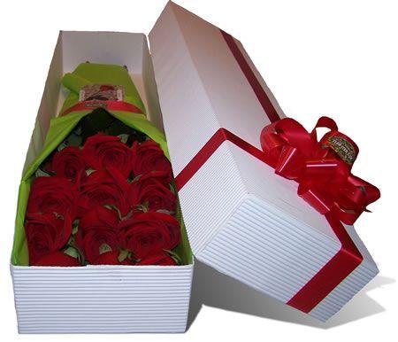 Es diferente recibir un bouquet de rosas a recibir una caja de flores. La emoción sentida al destapar la caja y observar los delicados pétalos de las flores descansando como en una fina cama, se multiplica cuando se observa la tarjeta con un mensaje de amor. Si quiere sorprenderla, envíele una caja de flores a Bogota acompañada de un mensaje que salga de su corazón. Caja de Rosas Por Unidad: Desde USD$37