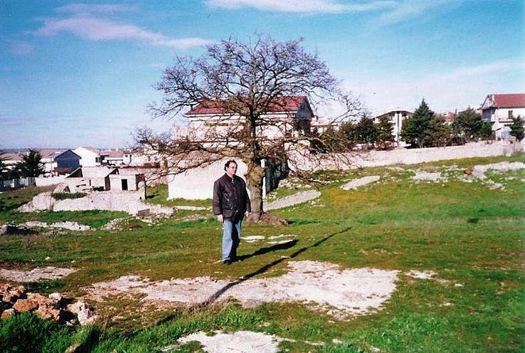 INFANZIA III - Io, la Quercia e il rudere della Masseria di Comare Ritella. Foto di Livio, mio figlio, 2000-2001.
