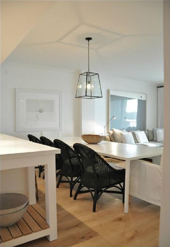 Weiße einrichtungen haus innenräume einfacher stil polierter kiesel küche und esszimmer esszimmer strandkluft atom ranch