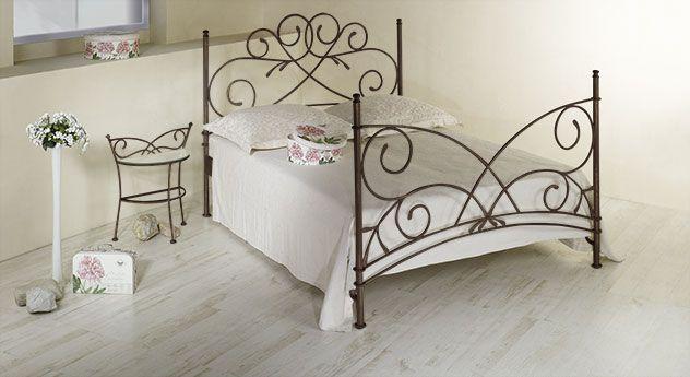 Romantisches Doppelbett mit filigranen Ornamenten und passendem Nachttisch. | Betten.de #bett #metall #romantisch #mediterran http://www.betten.de/doppelbett-romantisch-braun-metall-amarete.html