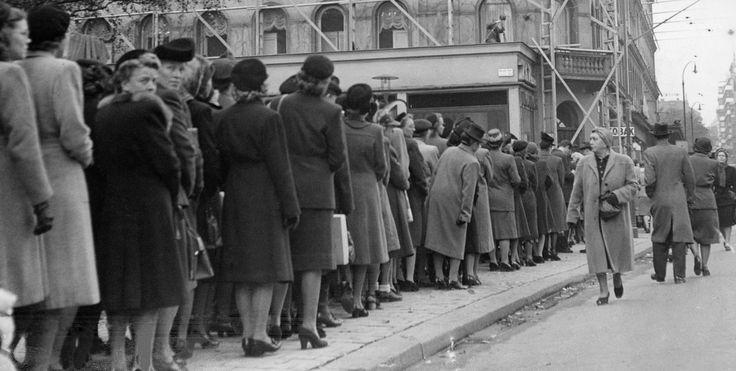 Nylon! Nylon! Kö från Nybroplan för att köpa amerikanska nylonstrumpor på Mea modevaruhus vid Norrmalmstorg. Foto Aftonbladet 7 oktober 1946