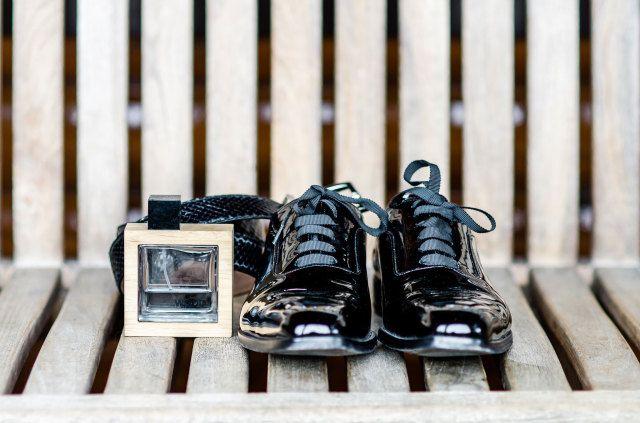 #parfum #bruidegom #schoenen #winter #bruiloft #inspiratie #trouwen #fotoshoot #wedding #christmas #inspiration | Wonderschone winterse styled shoot | Concept, styling & bloemen: Redwhitebluepink | Fotografie: Anais stoelen Photography