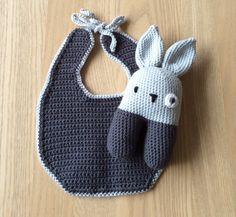 En fin hagesmæk og en hæklet kanin kan man altid bruge til en lille gave eller det kan blive til den lille vi venter til oktober :) Her hæklet i lys og mørkegrå så det både passer til en pige og dr…