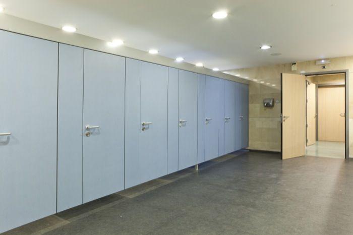 Trabajamos con material fenólico. Estas cabinas hechas en acabado azul y los herrajes en acero inoxidable combinan a la perfección con la madera laminada.