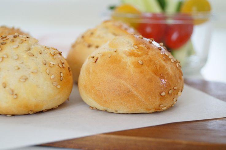 Mini boller med sesam. Gode til morgenbordet, formiddagsmad eller som små burgerboller til børnefødselsdag.