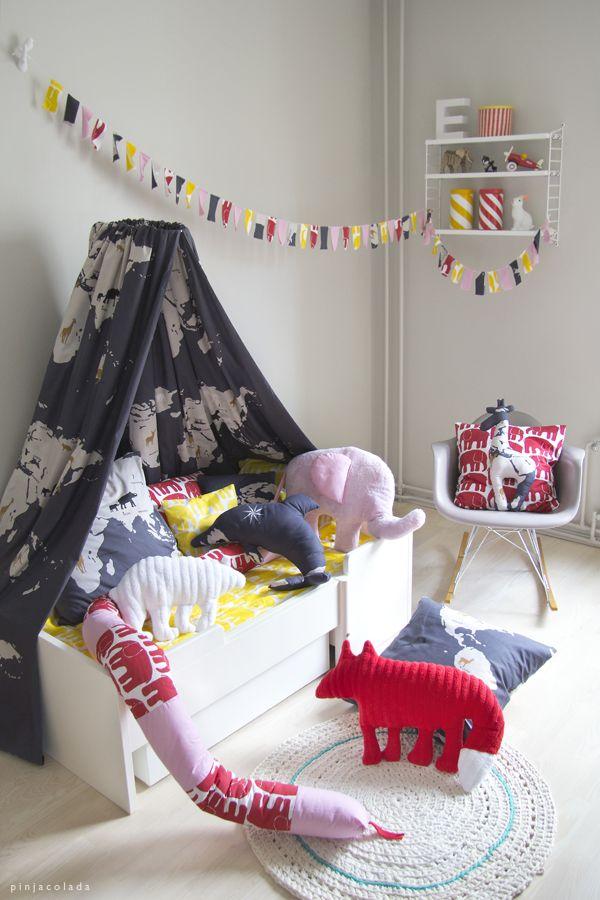 Tente de lit, coussins et peluches colorés | Bed tent by Pinjacolada blog, Colorful pillows