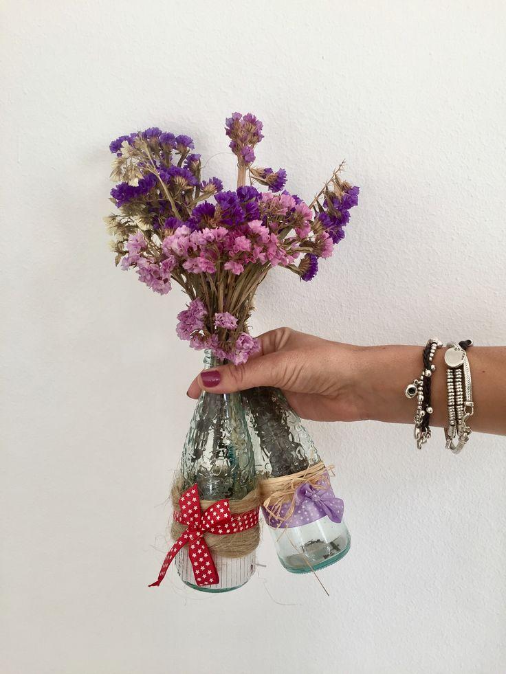Bonitos y sencillos jarrones, elaborados con cuerdas, cintas y botellas de Vichy Catalan recicladas.