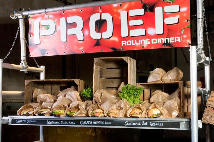 Wij houden van een lunch die op rolletjes loopt, daarom toverden we een bouwsteiger om tot Rolling Lunch-kar. Heb je zin in een wrap met groenten, pita met gegrilde kip of een zwerfkei met brie? Je pakt de voorverpakte lunchpakketjes eenvoudig zelf van de kar zonder te morsen: handig als je veel mensen tegelijk van een maaltijd moet voorzien.