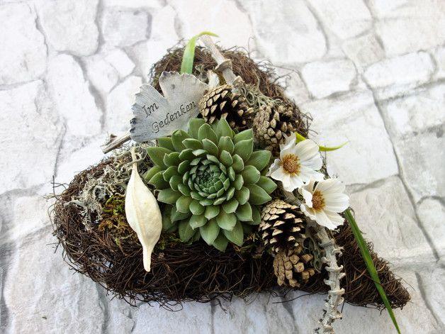 Dieses Herz aus Rebengeflecht ist ein besonderer  Schmuck für Allerheiligen oder Totensonntag. Man legt es zum Zeichen der Verbundenheit auf dem Grab ab.  Es ist bepflanzt mit einer winterharten,...