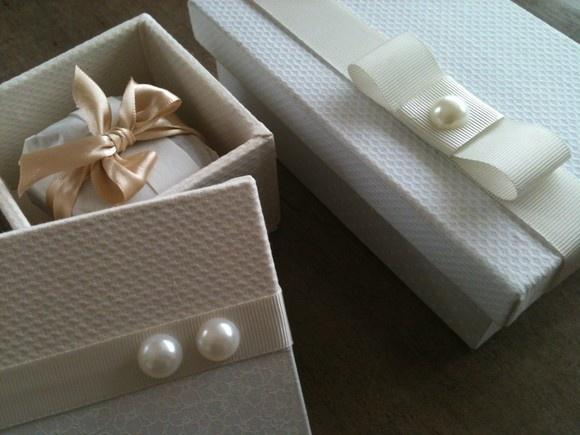 Lembrança de casamento - caixa para um bem casado,em Piquet na cor cru e arremate com fita gorgurão e duas pérolas representando o novo casal.