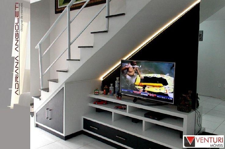 Otimizando espaços - Móvel da TV embaixo da escada. Com iluminação de LED.
