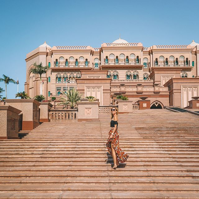 Arabian adventures in the palace ✨ #AbuDhabi #BubblyMoments ➖➖➖➖➖➖➖➖➖➖ #Palace #1001Nights #emiratespalace #travel #wanderlust #uae #travelgram #followme #picoftheday #instamood #lookgood #travelblogger #travelphotography #vacationgoals #currentlywearing #ootd #styleblogger #chicagoblogger #chica