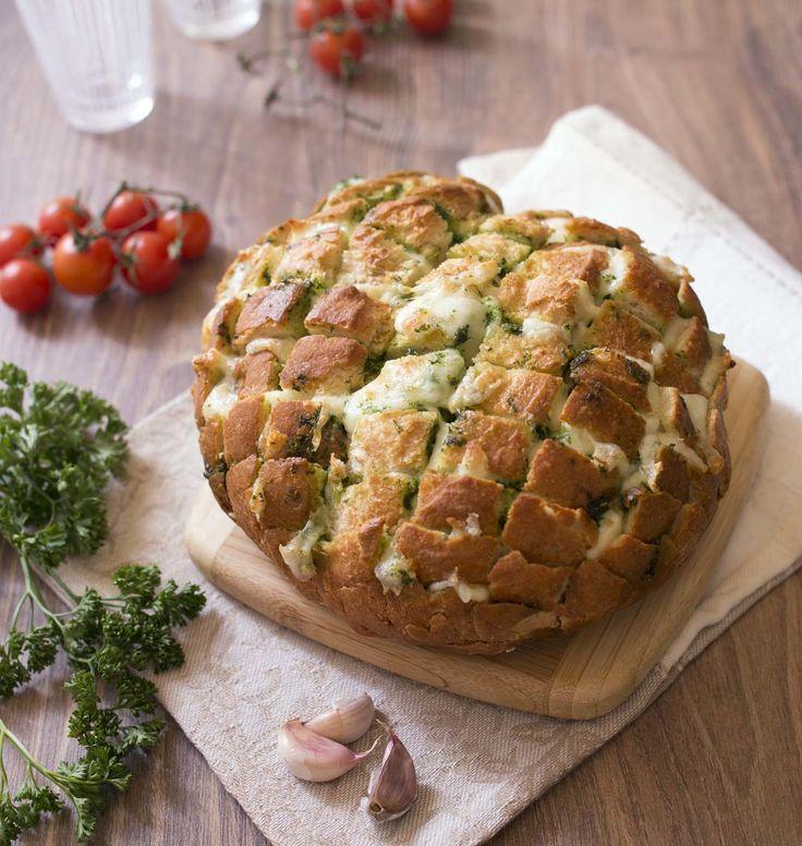 Vous laisserez-vous tenter par cette irresistible recette de pain garni de mozzarella et beurre d'ail & persil, façon pull apart bread ? Très très gourmand, vos invités vont en redemander.