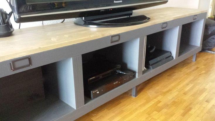 Un meuble t l industriel avec une tag re expedit kallax - Comment repeindre un meuble ikea ...