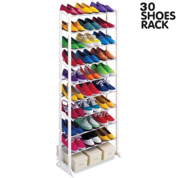 Denna skohylla som har plats för 30 par skor är både elegant och praktisk. Den har 10 våningar och tar väldigt lite plats tack vare sin funktionella design. Den är enkel att montera och endast 50 cm bred samt väger 1,5 kg. Skohyllan är smidig att ha i hallen, sovrummet, garderoben eller källaren. Fakta om Skohylla 30 par: - Gjord av metall och plast - Plats för 30 par skor - 10 våningar hög - Storlek 50 x 135 x 25 cm - Tar lite plats