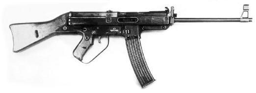 Автомат Хорна  Германия      Автомат был разработан конструктором Хорном в 1945 году под патрон 7,9-мм образца 1943 года. Автомат имеет простую и дешевую в производстве конструкцию.  Автомат Хорна работает на автоматике, которая построена на принципе свободного затвора. Запирание ствола производится полусвободным затвором, который тормозит под давлением газов в направлении, противоположно действию силы газов на затвор. Затвор не полностью отходит в крайнее заднее положение, что улучшает…
