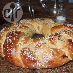 Challah für Rosch haschana / Für das jüdische Neujahrsfest Rosch haschana wird Challah mit getrockneten Früchten gebacken und anschließend in Honig getunkt, damit wünscht man sich ein süßes neues Jahr. @ de.allrecipes.com