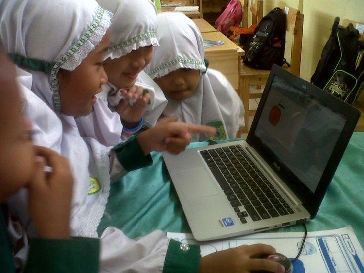 Perkembangan cepat dunia digital menuntut banyak perubahan dan penyesuaian di semua bidang termasuk Pendidikan. Apalagi ditengah posisiIndonesia yang menjadi negara dengan jumlah pengguna internet terbesar se-ASEAN dengan jumlah 93,4 JT atau sama dengan 36% dari total populasi pada tahun 2015, bahkanemarketer menyebutkan pada tahun 2018 pengguna internet di Indonesia akan