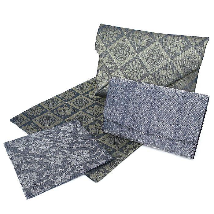 暖かな季節に相応しい 紗の裂地を使用した、男性用の 「数寄屋袋」と「懐紙入」のご紹介。  絽と並ぶ、代表的な夏生地『紗(しゃ)』を使用。 捩(もじ)り織という技法で隙間を作り、 強い透け感による、涼やかさが特徴です。  軽やかな透ける薄物にさえ、 上品さや華やぎを見失うことのない龍村の絹織物。 鮮やかで透明感のある色彩は、 凛とした装いに一層の涼を感じさせてくれます。  男性用の茶道具は、なかなか手に入りにくく 見かけても柄の種類が少ないと聞きます。  男性も小物を夏仕様に衣更えして、 夏のおしゃれを楽しんでみませんか?  #男 #茶道 #夏 #紗 #涼 #龍村 #silk #絹 #夏コーデ