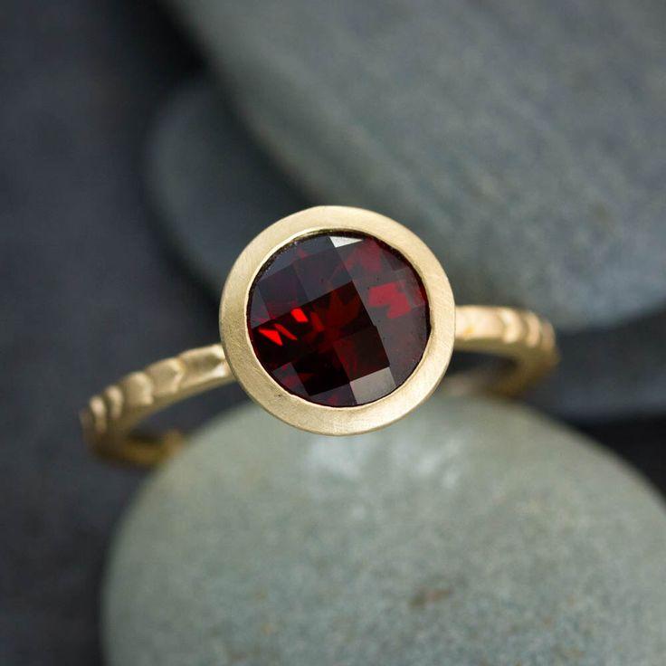 Enero Birthstone granate anillo, anillo de compromiso tradicional rojo granate anillo, joyas de oro, no de onegarnetgirl en Etsy https://www.etsy.com/es/listing/264543605/enero-birthstone-granate-anillo-anillo