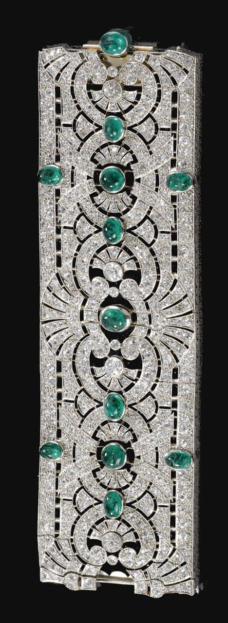 Art Déco. Pulsera esmeralda y diamante ca. 1925 Una banda de trabajo abierta de diseño de palmetas y volutas, engarzada a intervalos con esmeraldas cabujón.