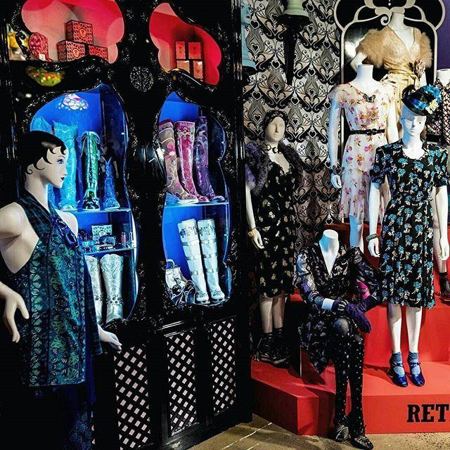 Anna Sui adakan pameran retrospektif di Museum Fashion and Textile London. Sebanyak 125 pakaian ditampilkan mencakup dari koleksi perdananya di tahun 1991 termasuk lini aksesori dan beberapa proyek kolaborasi. Mengandalkan perpaduan motif dan warna bergaya bohemian dan kitsch Anna Sui menjadi desainer favorit sejumlah selebriti seperti diantaranya Sofia Coppola. Telah dibuka pada 25 Mei lalu pameran ini akan berlangsung hingga 1 Oktober 2017. #ELLEUpdates ( Sr.Fashion Writer - @rayogarayoga…