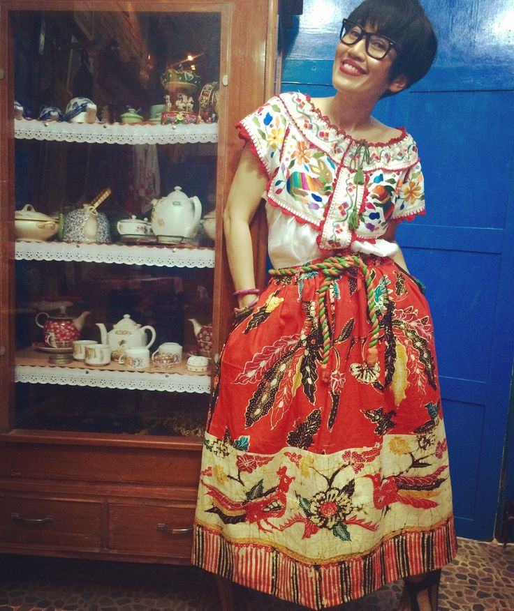Happy sunday everyone, hope everything well, I'd like to introduce Batik Amarillis's version of Juquila oaxaca,Mexican's traditional blouse, we designed that way for extra comfy with colorful embroidery,tassels and full hand lace knitting, it's fabulous when it's wearing over Batik Amarillis's Traveller skirt in batik gendongan Sidoarjo, it feels like fiesta all day & everyday!