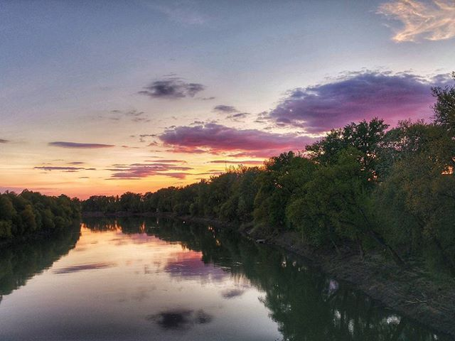 A naplemente színei... Mindig elvarázsol!  Amazed by the colors of sunset! ···#amazingview #sunset #sunsetlover #sunsetmania #sunsetphotography #sunsets #sunsetcolors #skyphotos #clouds #colorfulnature #colorfulclouds #tisza #river #riverbank #capture #lovethispic #ikozosseg #mik #igershungary #magyarig #ti_hungary #mik_naplemente #szolnok #mutiholvagy #weekendvibes #qualitytime #lifestyleblog #magyarblogger