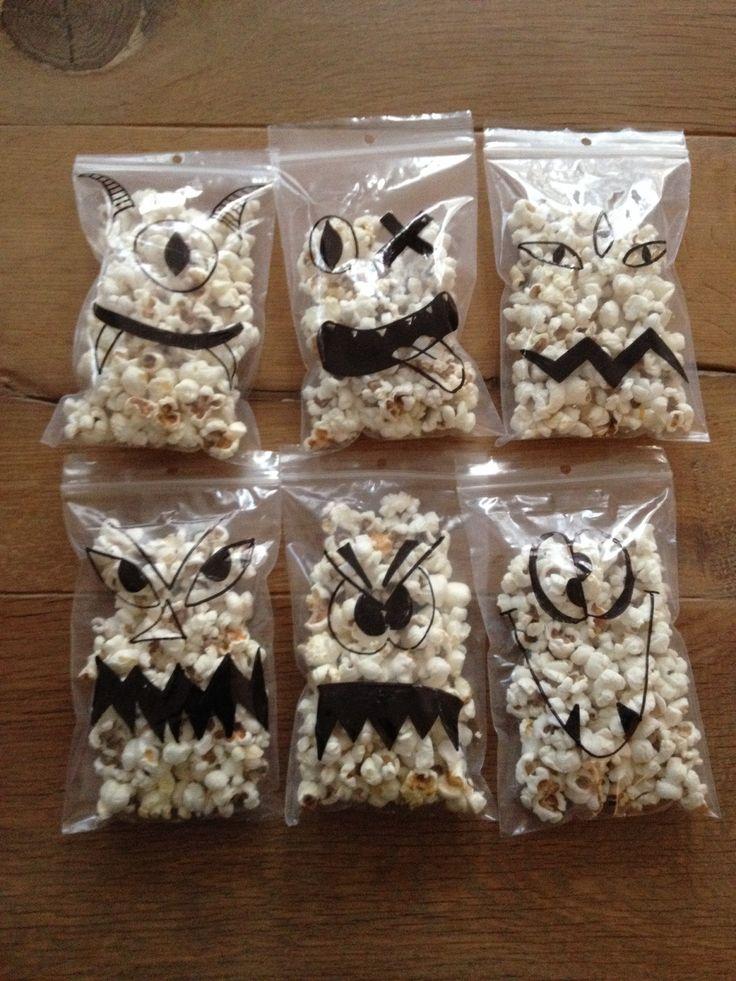 Popcorn traktatie: monstertjes in zakjes