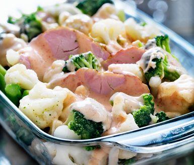 Kassler med broccoli och blomkål är en härlig, mättande och krämig gratäng. Den här rätten brukar alla uppskatta, framförallt barn. Den är god att äta som den är eller tillsammans med potatis, ris eller pasta.
