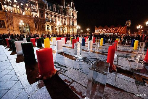 Ice monument (art by Zhenchen Liu) #nuitblanche #paris 2015-10-03 #nightout #live #citylights #street #contemporaryart #installation #climate In front of the cityhall in 5 rows representing continents270 colored ice blocks slowly melted all night. (à Hôtel de Ville Paris)