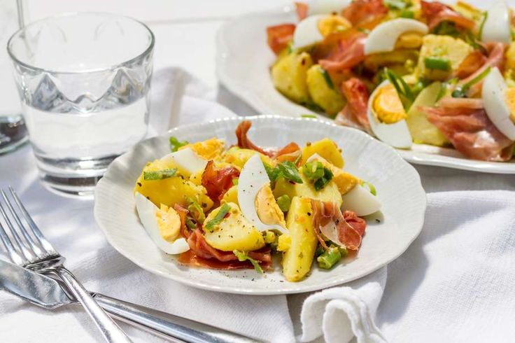 Recept voor aardappelsalade voor bij de BBQ voor 4 personen. Met zout, peper, aardappel, sperziebonen, chilivlokken, rauwe ham, ei, bosui, piccalilly en mayonaise