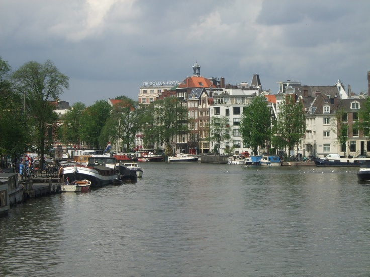 Aan de Amsterdamse grachten. . . .