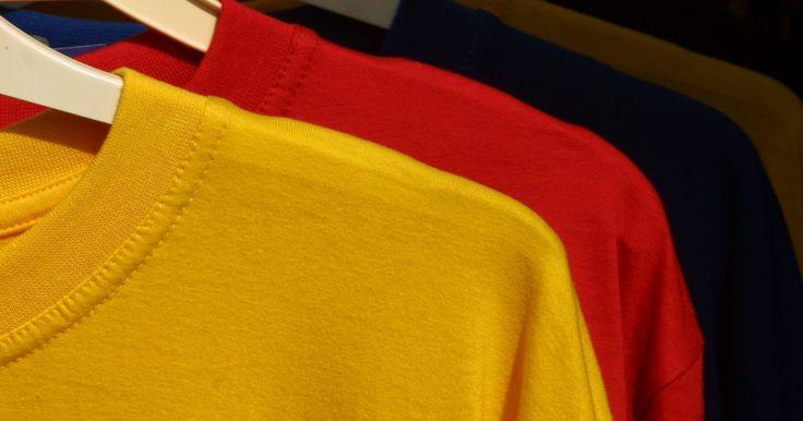 Como remover estampas de uma camisa. Às vezes é possível remover estampas de serigrafia de uma camisa. Embora haja vários métodos para fazer isto, nenhum irá remover estampas profissionais. Avalie sua camisa para determinar se dá pra remover as estampas indesejadas e, se for possível, prosseguir com o processo.