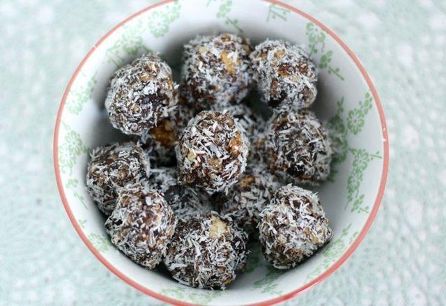 Healthy choco-ballen | Chickslovefood.com | Bloglovin'