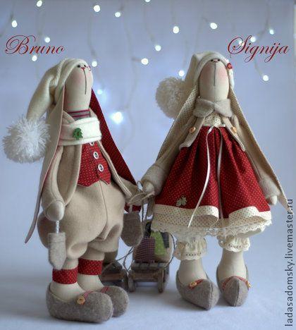 Зайка Signija -   ` Зимнее настроение` (39 см). Зайка Signija (Сигния) -  вторая зайка из коллекции ' Зимнее настроение'.  Теплая цветовая гамма : кирпично-красный, бежевый, сливочный + мелкий горошек, теплые башмачки и  саночки   ...   .............................................................................