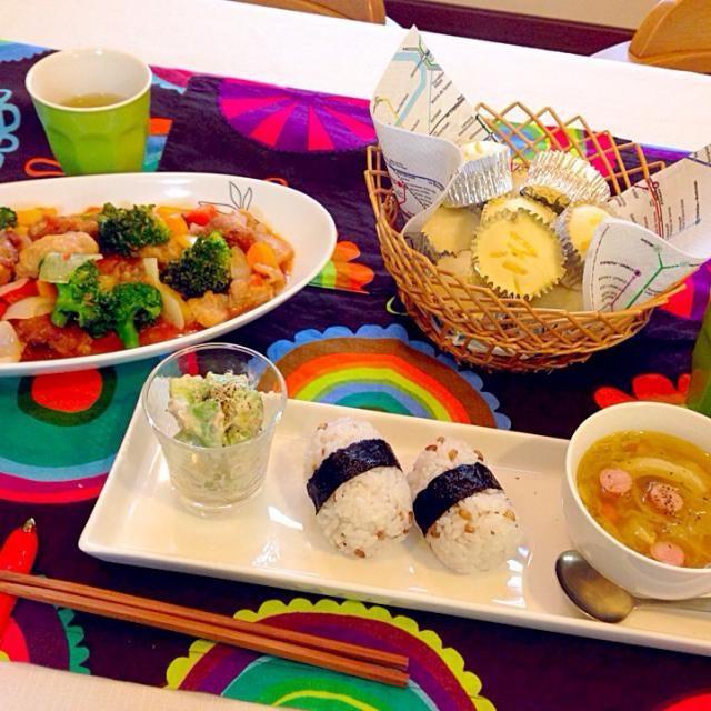 今夜の夕食…「冷蔵庫にある物でいい?」って感じ - 28件のもぐもぐ - 餅麦ご飯、鶏肉と野菜のレモンチリソース、キャベツとソーセージのスープ、胡瓜とアボカドのツナサラダ、レモンライムの蒸しケーキ… by cuisineKQ1